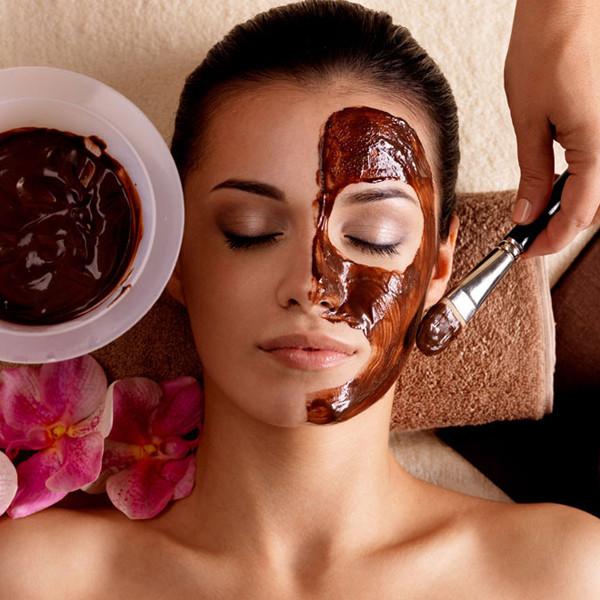 Femme se faisant faire un masque à la boue - Un coeur instant LE MANS